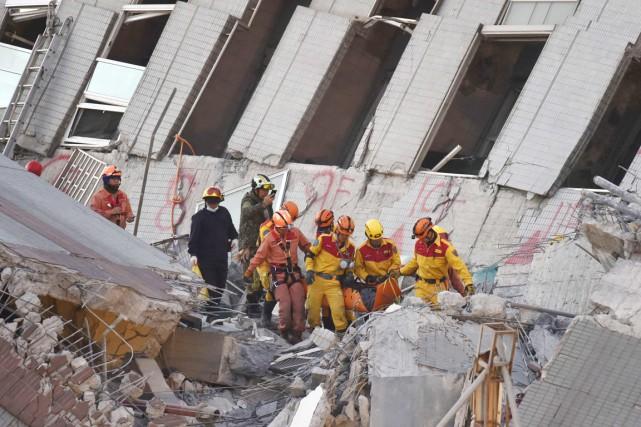 Les secouristes ont encore l'espoir de pouvoir sauver... (PHOTO SAM YEH, AFP)