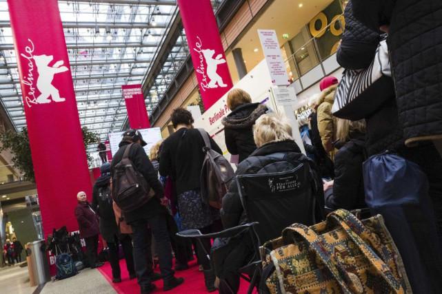 Des cinéphiles font la queue afin de se... (PHOTO AFP)