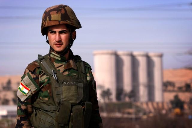 Un peshmerga, soldat kurde irakien, monte la garde... (PHOTO SAFIN HAMED, ARCHIVES AFP)