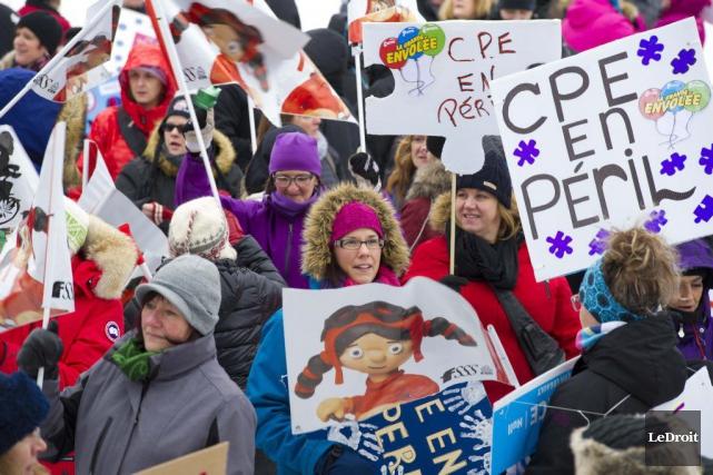 Des manifestations avaient lieu dimanche dans plusieurs villes... (Martin Roy, LeDroit)