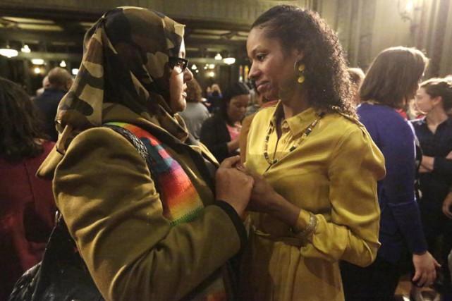 Larycia Hawkins (à droite) reçoit un mot d'encouragement... (ARCHIVES AP)