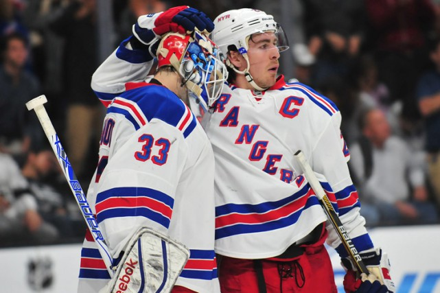 Ryan McDonagh et son gardien Cam Talbot lors... (PHOTO REUTERS)