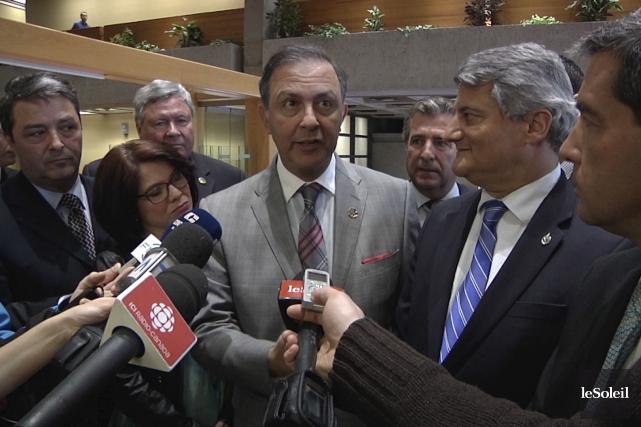 Le ministre Sam Hamad et ses collègues du... (Le Soleil)