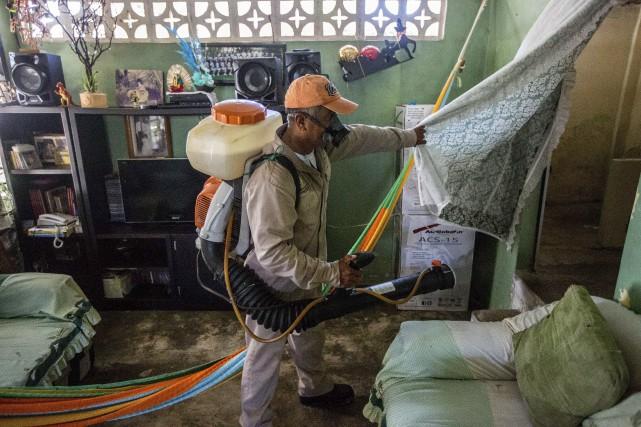 À Acapulco, un employé municipalasperge d'insecticide une maison.... (AFP, Pedro Pardo)