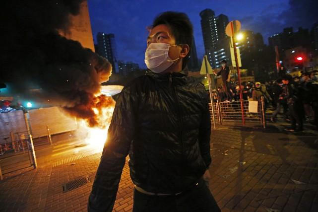 Les manifestants ont lancé aux policiers des briques,... (Photo AP)