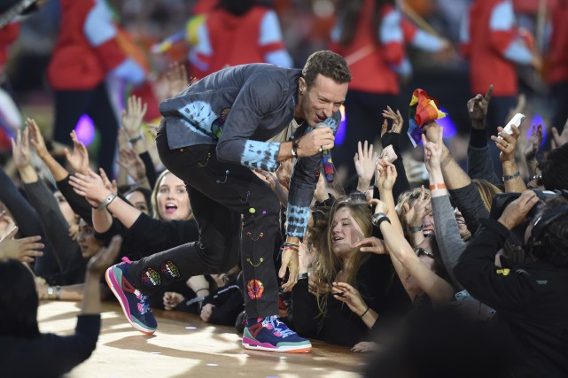 Chris Martin, le chanteur de Coldplay au spectacle... (AFP, Timothy A. Clary)