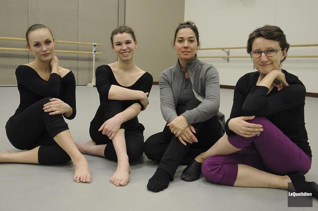 Les danseuses Laurie Cordeiro et Noémie Gaudreault, en... (Photo Le Quotidien, Mariane L. St-Gelais)