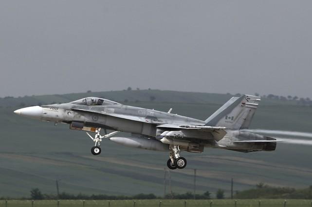 Un chasseur F-18 canadien... (AFP, Mircea Rosca)
