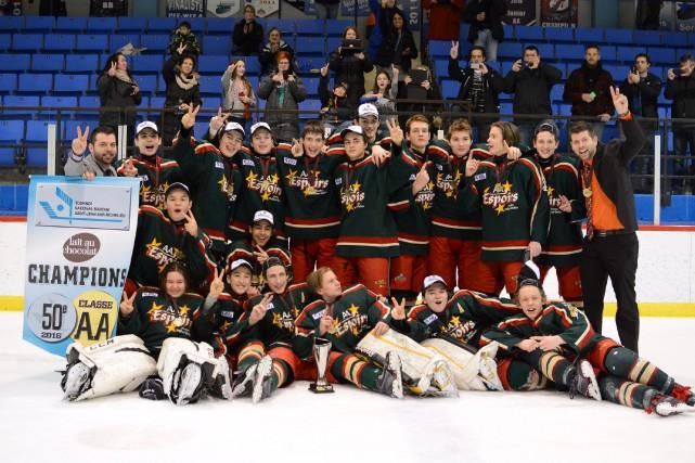 Les Espoirs de Saguenay ont été couronnés champions... (Photo courtoisie)
