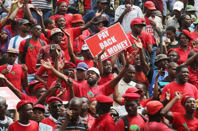Environ 5000 membres du parti de gauche radicale... (PHOTO DENIS FARRELL, AP)