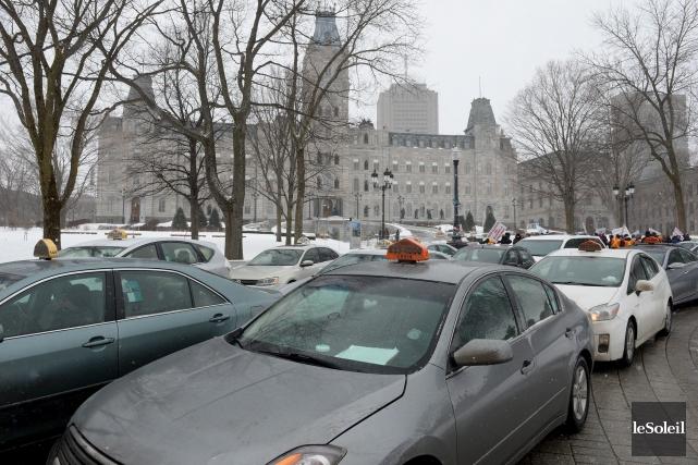 En avant-midi mardi, une centaine de taxis ont... (Le Soleil, Erick Labbé)