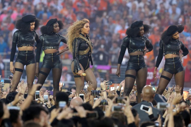 Beyoncé lors de sa prestation au Super Bowl.... (PHOTO USA TODAY)