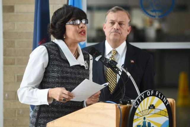 La mairesse de Flint, Karen Weaver, en conférence... (PHOTO AP)