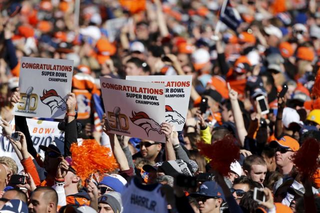 Des dizaines de milliers de partisans ont salué... (Associated Press)