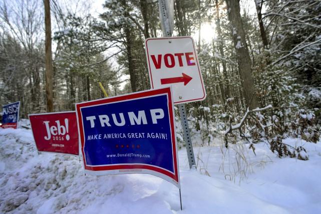Des pancartes électorales sont installées près d'un bureau... (AP, Kristopher Radder)