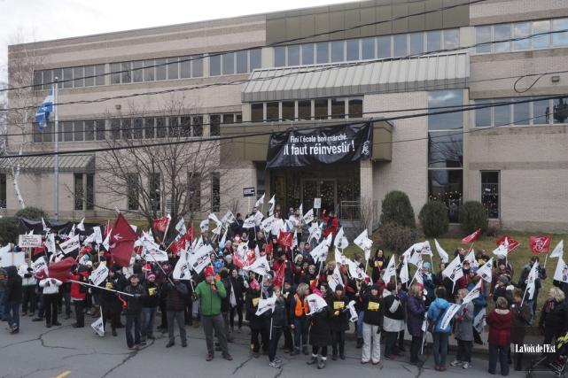 Le 11 décembre dernier, les enseignants affiliés au... (photo Alain Dion, archives La Voix de l'Est)