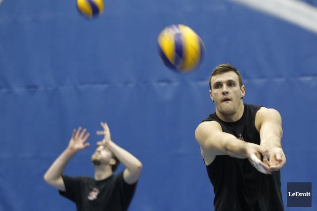 L'équipe masculine de volley-ball du Canada s'entraîne en... (Patrick Woodbury, Archives LeDroit)