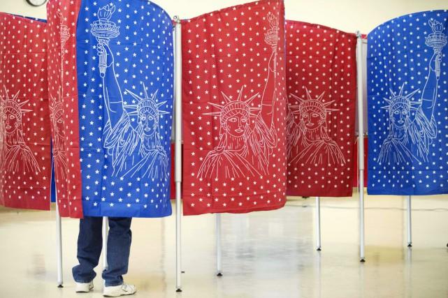 Un électeur enregistre son vote dans un bureau... (PHOTO DAVID GOLDMAN, AP)