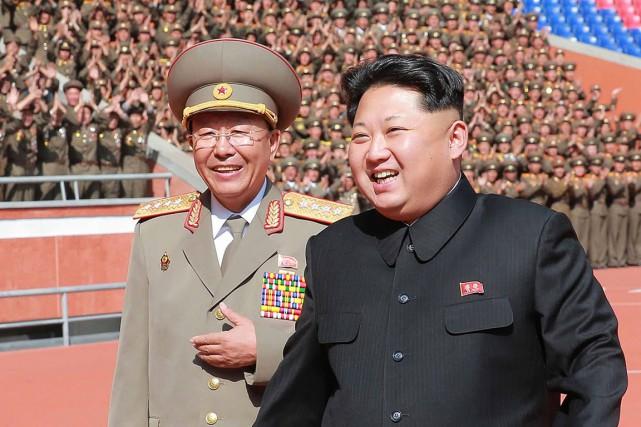 Ri Yong-gil (à gauche)a souventété aperçu en compagnie... (PHOTO ARCHIVES AFP/KCNA)
