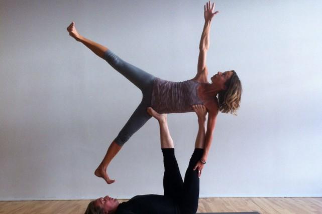 L'acro yoga est une forme acrobatique de la... (PHOTO FOURNIE PAR LE STUDIO YOGA VIEUX-MONTRÉAL)