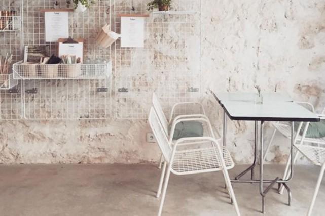 Un café de Paris aux couleurs aérées et... (PHOTO TIRÉE DU COMPTE INSTAGRAM PETITE PASSPORT)