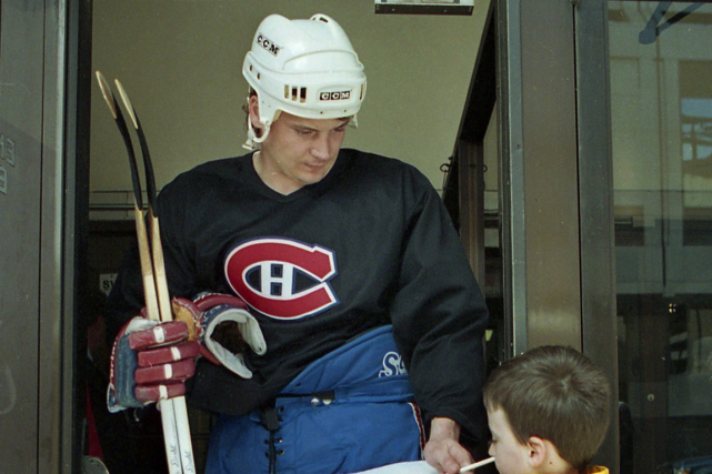 Todd Ewen signant un autographe pour un jeune... (Photo Ryan Remiorz, archives PC)
