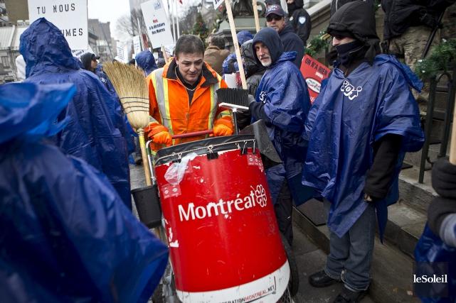 Les cols bleus de Montréal ont manifesté devant... (Photothèque Le Soleil)