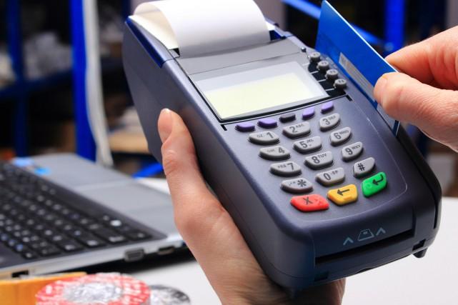 Actuellement, les commerçants doivent débourser des frais variant... (123RF)