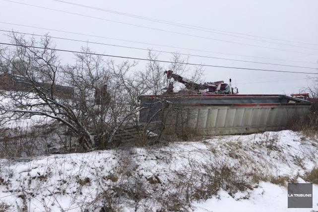 Un camion-remorque s'est renversé dans le secteur de... (La Tribune, René-Charles Quirion)