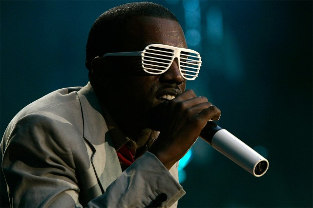Kanye West et ses lunettes Stronger aka Shutter Shades.... (PHOTO ARCHIVES REUTERS)