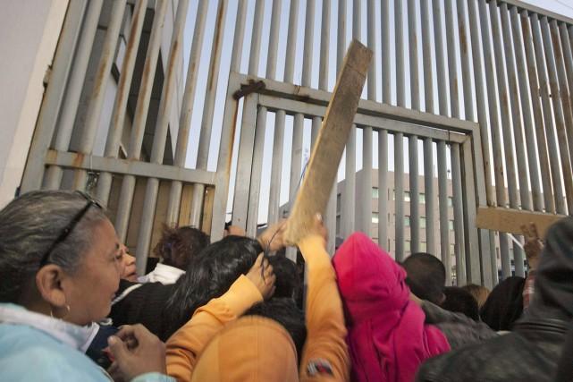 Des proches de détenus ont manifesté violemment devant... (PHOTO JULIO CESAR AGUILAR, AFP)