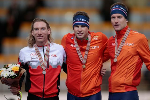 Médaillé d'argent, le Canadien Ted-Jan Bloemen (à gauche)... (Photo Ivan Sekretarev, AP)