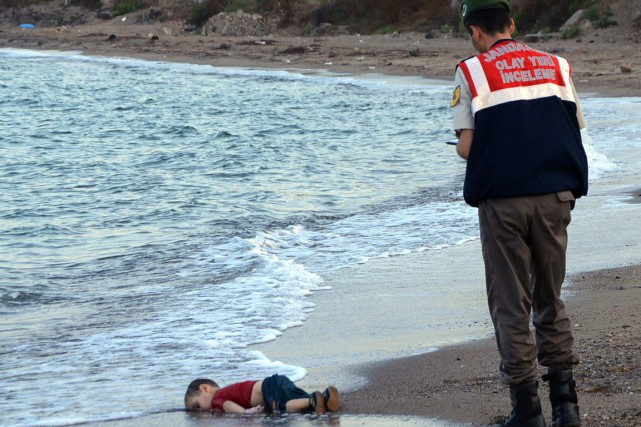 Cette photo du corps du petit Aylan Kurdi,... (PHOTO NILUFER DEMIR, ARCHIVES DHA/AP)