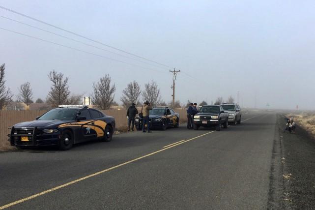 Des policiers et des journalistes attendent à proximité... (PHOTO REBECCA BOONE, AP)