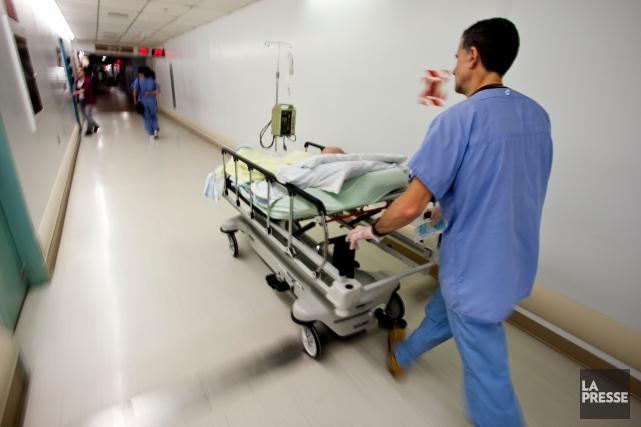 Les salles d'urgence qui débordent illustrent l'échec de la réforme de l'accès... (PHOTO ARCHIVES LA PRESSE)