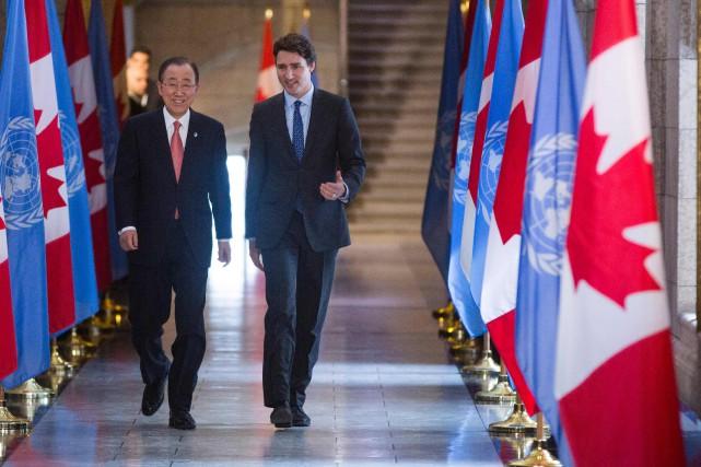 Justin Trudeau (à droite) aux côtés dusecrétaire général... (Photo Chris Roussakis, AFP)