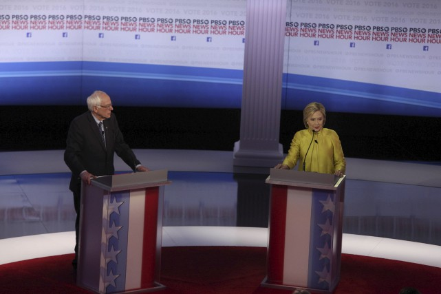 Hillary Clinton et Bernie Sanders se sont adressés... (AFP, Tasos Katopodis)