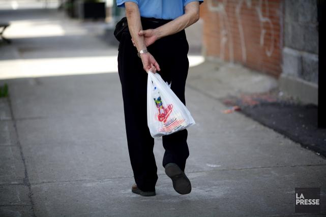 À partir d'avril 2018, les sacs de plastique minces ne seraient plus autorisés... (PHOTO SARAH MONGEAU-BIRKETT, LA PRESSE)