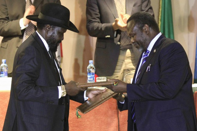 Le président sud-soudanais Salva Kiir (à gauche) et... (PHOTO TIKSA NEGERI, ARCHIVES REUTERS)