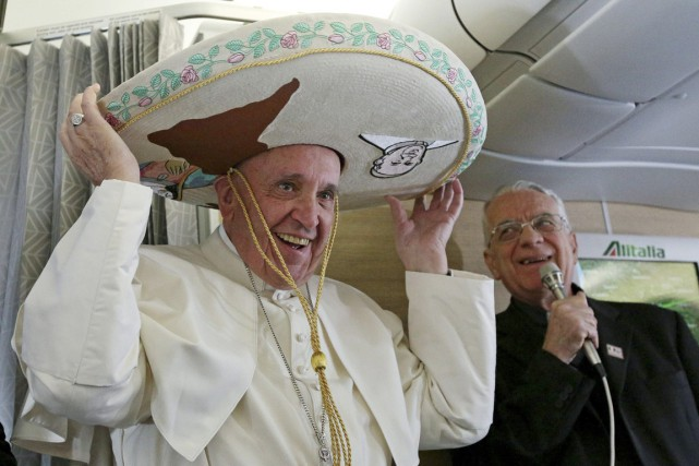 Le pape François porte un traditionnel sombrero mexicain... (PHOTO ALESSANDRO DI ME, AP)