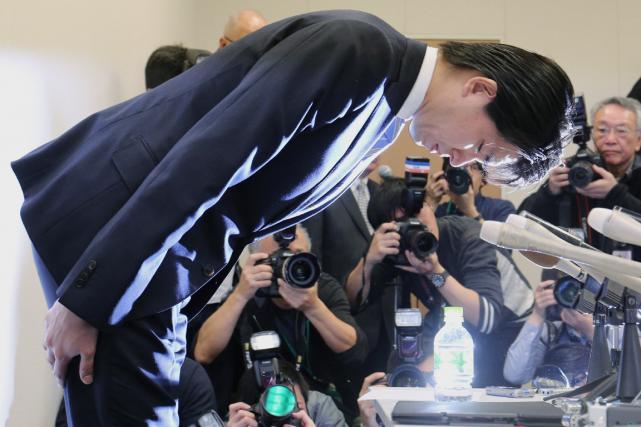 Le députéKensuke Miyazaki s'est longuement prosterné devant les... (Photo AFP)