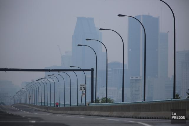 Le centre-ville de Montréal sous le smog.... (PHOTO Martin Chamberland, ARCHIVES La Presse)