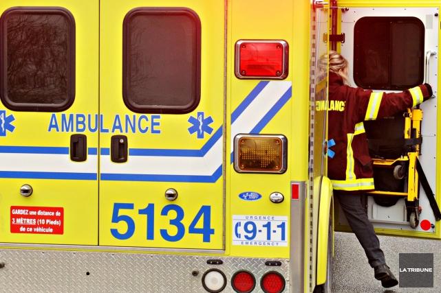 Un travailleur de 25 ans a subi des blessures aux jambes et au dos après être... (Archives La Tribune)