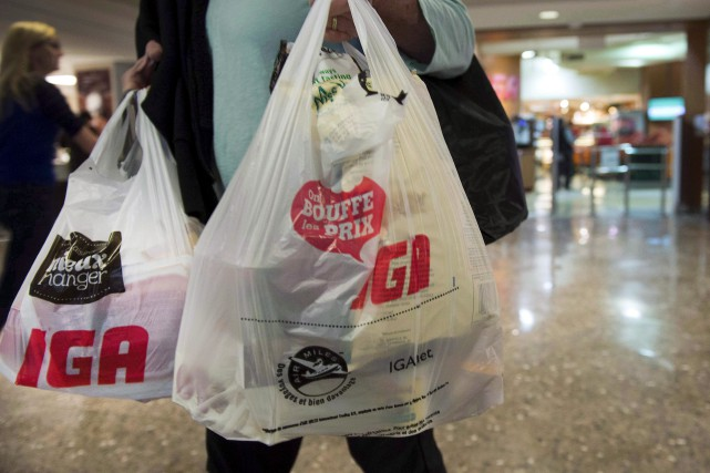L'usage des sacs à provisions en plastique dans... (La Presse Canadienne, Ryan Remiorz)
