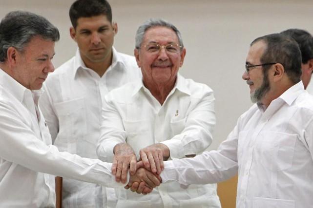 Poignée de main historique entre le président de...