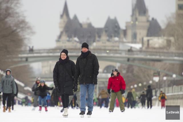 Le canal Rideau au complet a été ouvert vendredi après-midi. Les patineurs... (Martin Roy, LeDroit)