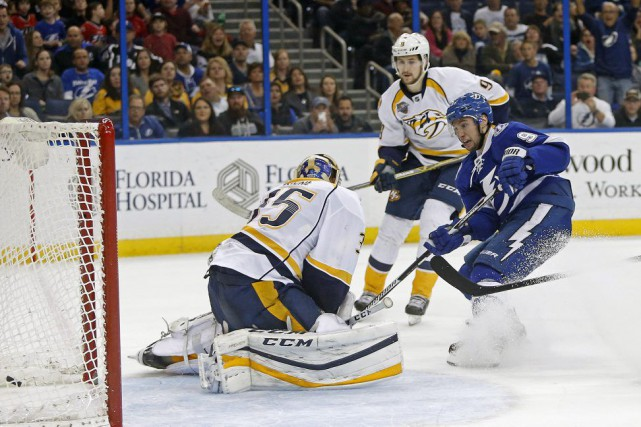 Tyler Johnson tire dans les filets de Pekka... (Photo Brian Blanco, AP)