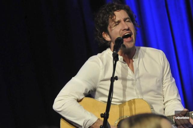 Le chanteur Jonas donnait un spectacle acoustique avec... (Photo Le Quotidien, Rocket Lavoie)
