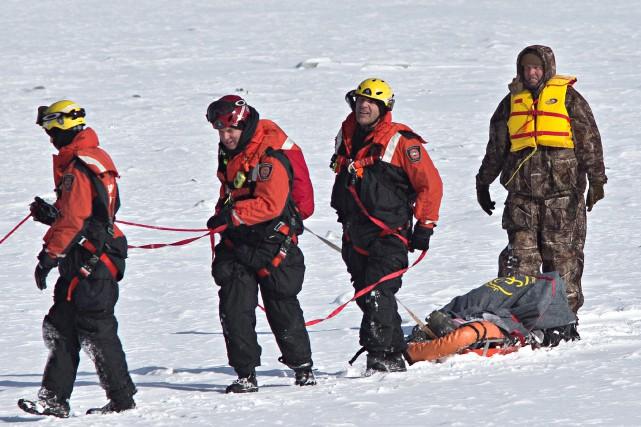 Les pompiers de Montréal, après d'intenses efforts, ont... (Photo Patrick Sanfaçon, La Presse)
