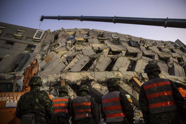 Plus de 280personnes ont été retirées vivantes des... (PHOTO ANTHONY WALLACE, ARCHIVES AFP)